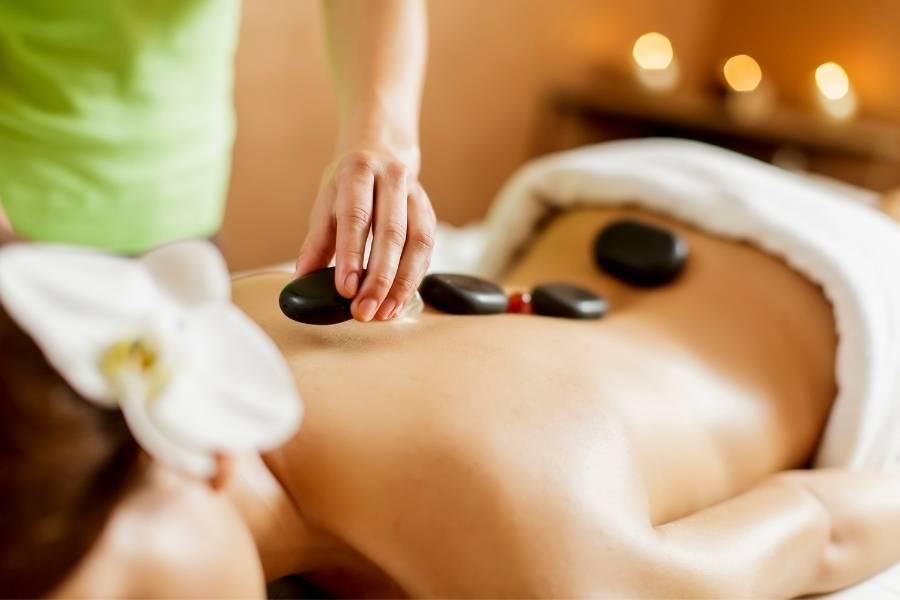 Frau bei einer Hot Stone Massage