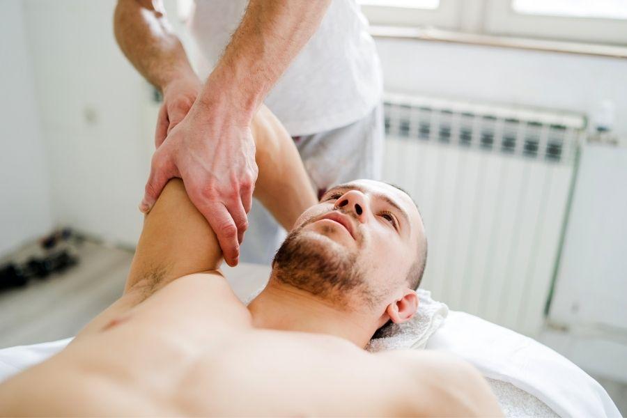 Mann bei Liebscher und Bracht Schmerztherapie